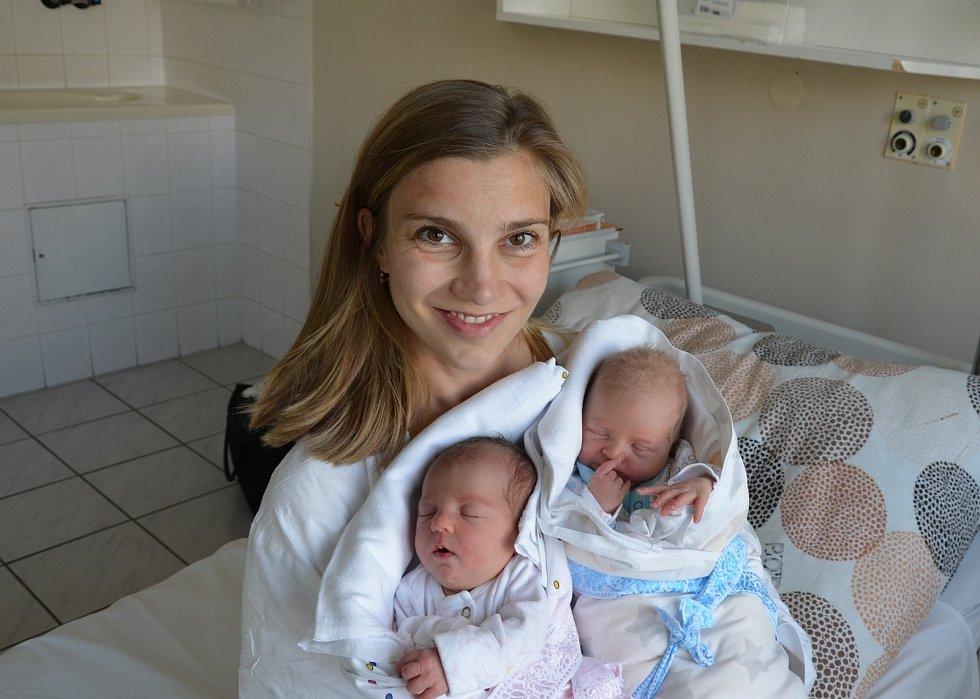 Aneta a Adam Liškovi z Písku. Rodiče Vendula a Jaroslav Liškovi mají z 28. 5. 2021 radost dvojnásobnou. Aneta (vlevo) se narodila ve 20.21 hodin, vážila 2770 g a měřila 48 cm. Adam (vpravo) se narodil ve 20.23 hodin, vážil 2600 g a měřil 48 cm. Doma se na