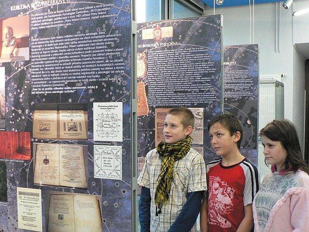 Výstavy v českobudějovickém planetáriu pravidelně oslovují návštěvníky. Na snímku expozice o vědě v době Rožmberků.