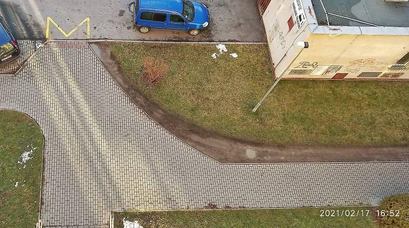 Poškozování části chodníku neomalenými řidiči zásilky služeb a osobních aut