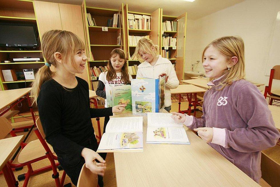 Dívky ze čtvrté třídy ZŠ v Dubném u Č. Budějovic se podílely na recenzi nových dětských knížek z jižních Čech.