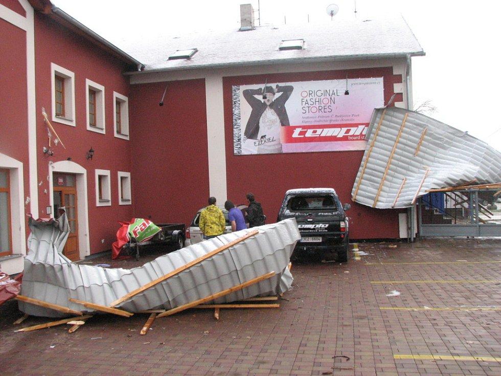 Vítr shodil střechu čínské restaurace