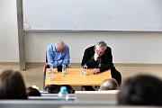 Herec a lékař Vladimír Pucholt a herec a režisér Jan Kačer besedovali ve čtvrtek se studenty Filozofické fakulty Jihočeské univerzity v Českých Budějovicích.