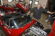 Vladimír Šlajch z Borovan se věnuje restaurování automobilů značky Jaguar E. Spolupracuje přitom s nejlepšími světovými odborníky