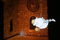 Anděl se z Černé věže k Samsonově kašně snese tradičně pátého prosince v 17.45 hodin. Zatímco loni byl překvapením pro přihlížející čtyřmetrový anděl, který obcházel náměstí, letos je přichystáno překvapení jiné.