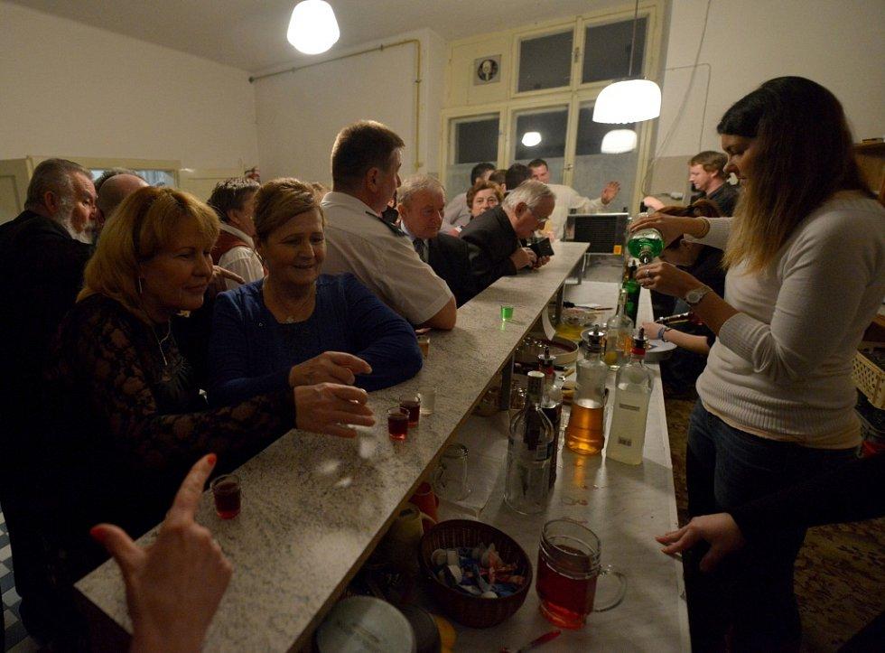 """Když na bar dorazila druhá dámská barová výprava, ozvalo se: """"Jeden rum, raz, dva, tři červený a dvě zelený."""""""