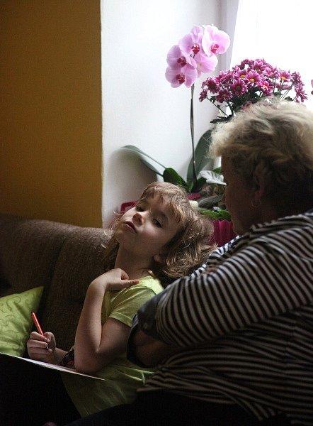 Bářina mladší sestra Anička trpí epilepsií, ale také je to pěkné šídlo.