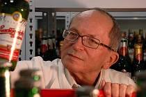 Jan Šavel pracuje v pivovaru Budvar již od roku 1967. Jako vedoucí výzkumného střediska například vyvíjel nealkoholické pivo, snaží se také co nejvíce zpomalit proces stárnutí piva.