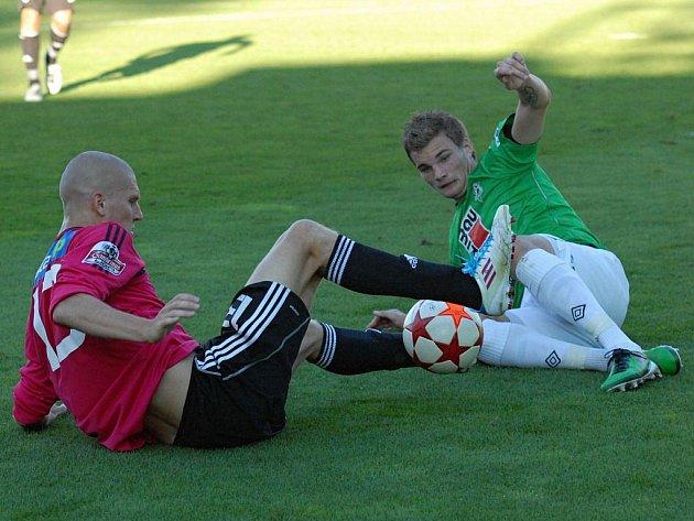 Zdeněk Ondrášek (na snímku z duelu s Jabloncem v souboji s Benešem) dal i v Králově Dvoře důležitý gól.