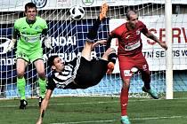 Efektní nůžky předvedl v úvodu nedělního druholigového utkání fotbalistů Dynama s Ústím (2:0) Lukáš Havel, gól ale z toho nebyl (vlevo ústecký brankář Jiří Lindr, vpravo Jiří Miskovič).