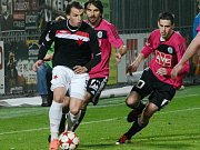 Milan Nitrianský ještě v dresu Slavie v zápase s Dynamem uniká Krajčíkovi a Klesovi.