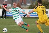 Fotbalisté Malše Roudné (v pruhovaném) se lídra divize nezalekli, doma vyhráli nad Hořovickem 2:0.