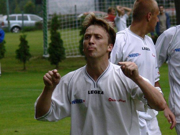 Při derby se toho na trávníku i mezi lavičkami napovídá hodně. Svatopluk Vokurka odpověděl po svém: druhý gól dal, při třetím hlavou prodloužil míč do šance Melicharovi.