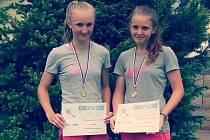 Adriana Maříková (vpravo) a Monika Běhounková patří k nadějím jihočeského tenisu.