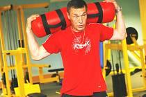 Trenér Jan Tlačil dává v letní přípravě svým svěřencům pořádně do těla. A většinou také sám nelení a řadu cvičení hráčům také názorně předvede.