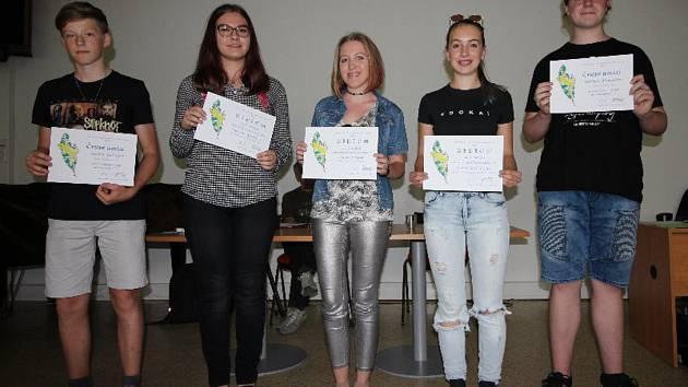Vítězka Jihočeské žabky Laura Pokorná (uprostřed) vyhrála soutěž s příběhem skřítků.