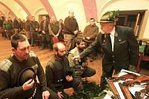 Jednou z nejhezčích mysliveckých tradic je pasování. Na snímku Oldřich Tripes z Komařic pasuje nové myslivce v Záboří Davida Žáka, Luboše Ságera a Vladimíra Bořila (zleva).