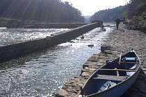 Parta vodáků sjela asi devět kilometrů dlouhý úsek Vltavy, který je přes 50 let pod hladinou Orlíku a teď se opět vynořil, takže se dá jet původním korytem. Vyráželi z Neznašova. Na snímku retardérka u bývalé vodní elektrárny Nový mlýn.