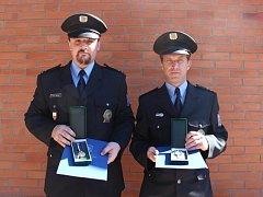 Policisté Michal Kodym (vlevo) a Zdeněk Krištof zachránili život ženy v Kaplici. Vysloužili si uznání policejního prezidenta.