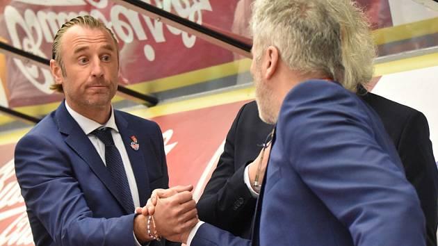 Trenér Václav Prospal (vlevo) přijímá gratulaci k vítězství od vedoucího mužstva Ladislava Guly.