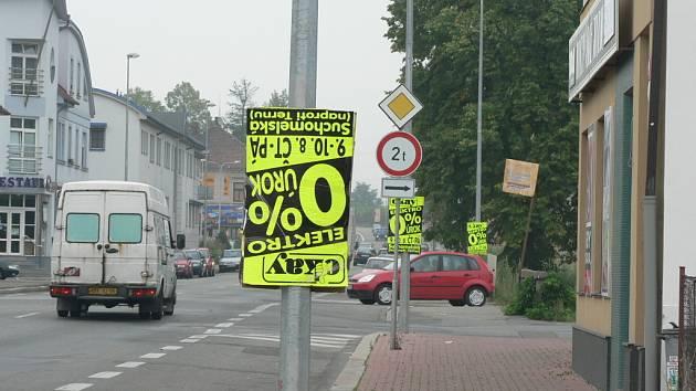 Leckde jsou bez povolení umisťovány i různé reklamní plakáty, o čemž svědčí i náš snímek z Rudolfovské ulice v Č. Budějovicích.