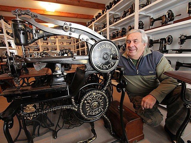 František Koupal z Českých Budějovic sbírá staré šicí stroje.