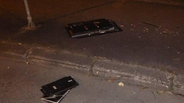 Na chodníku skončila po partnerské hádce v Českých Budějovicích televize i notebook.