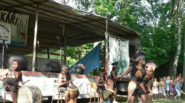 Téměř tropické počasí posledních dnů jako by chtělo přitáhnout do trocnovského areálu i exotické muzikanty až z jihu afrického kontinentu.