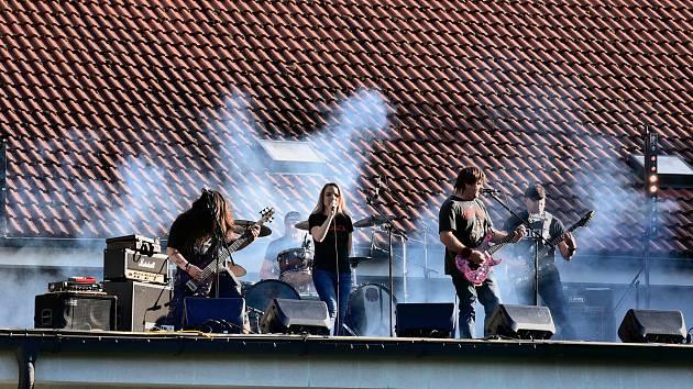 Z vltavotýnské Sokolovny zahrály kapely Nová věc, Carpathia a A5.