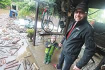 Martin Brůna v pondělí ráno na zatopené zahradě v Týně nad Vltavou.