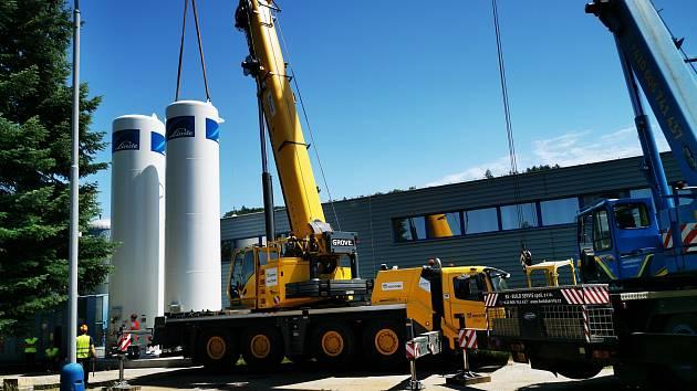 Nové zásobníky kapalného oxidu uhličitého v úpravně vody Plav v době montáže.