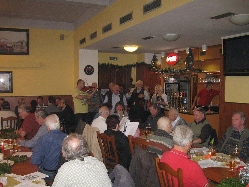 Vánoční akce na Budějovicku. Koledování v českobudějovické restauraci Vatikán se letos konalo po pětadvacáté.