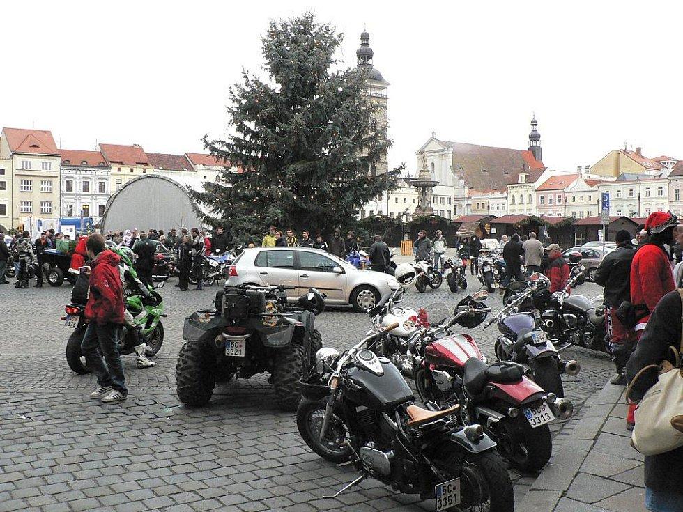 Vánoční akce na Budějovicku. Sraz motorkářů na náměstí Přemysla Otakara II. v ČB.
