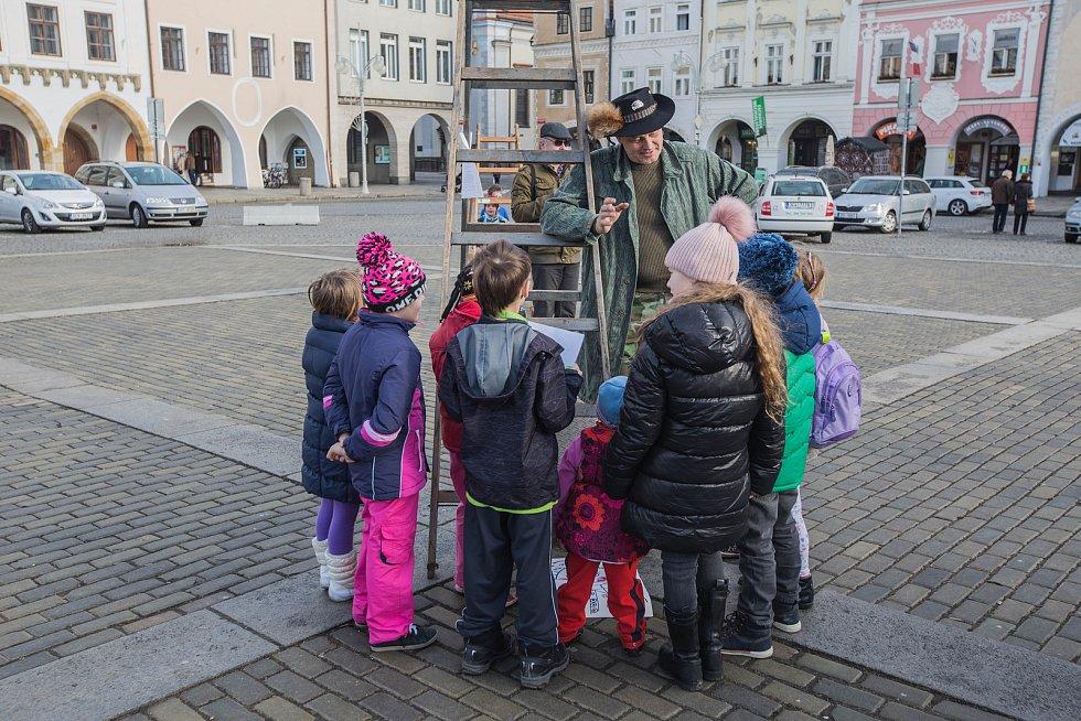 Děti si na Silvestra opékaly buřty na českobudějovickém náměstí.