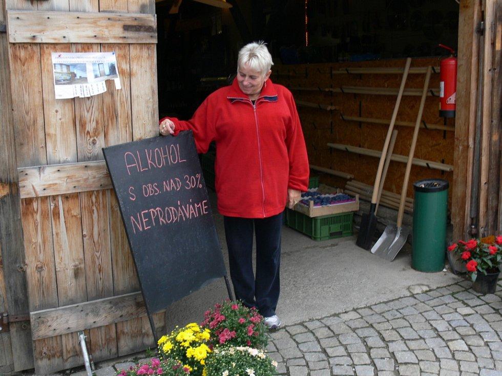 Milena Ježková u tabule, kterou na tržnici ve Strážném nadepsali ve čtvrtek ráno.