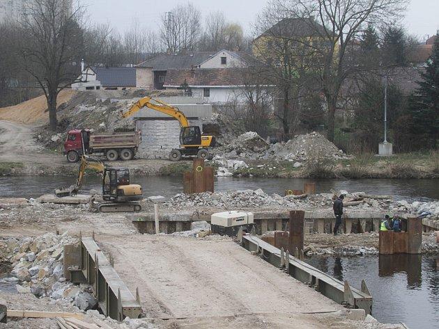 Ve staveniště se proměnily břehy Vltavy, které brzy spojí nový železniční most. Tomu uvolnilo prostor 123 let staré nýtované přemostění.