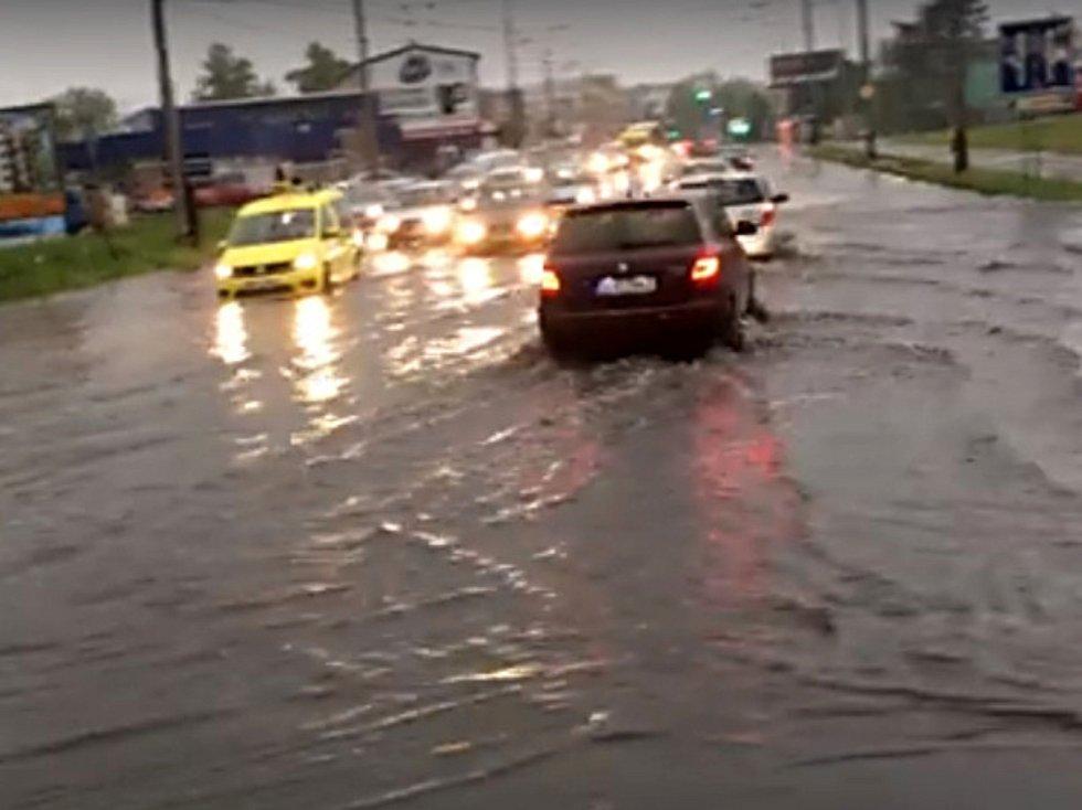 Přívalová povodeň na křižovatce u Výstaviště překvapila řidiče.