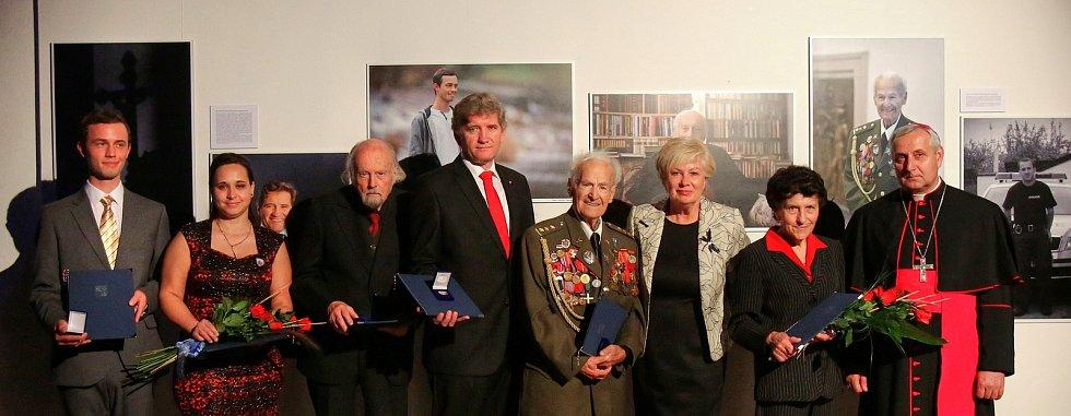 Zlaté šupiny jako symbol štěstí a zároveň jihočeského rybářství předala významným osobnostem hejtmanka kraje Ivana Stráská.