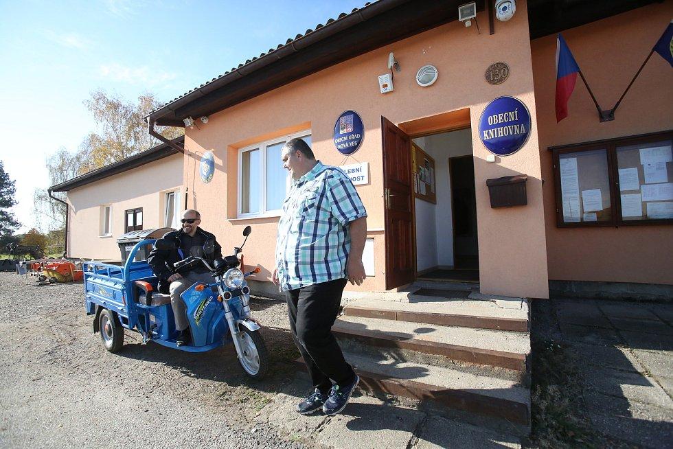V Nové Vsi přijel k volbám starosta na nové obecní elektrické tříkolce.