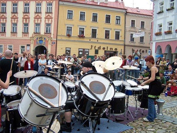 Jednou ze specialit festivalu Folková růže vJindřichově Hradci je hraní na ulici. Na snímku skupina Jumping Drums.