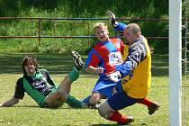 Brankář Akry ČB Moštěk v akci při domácím duelu s Borovany na jaře 2009. Ani jeden tým už v OP na podzim není: Borovany postoupily, Akra naopak sestoupila.