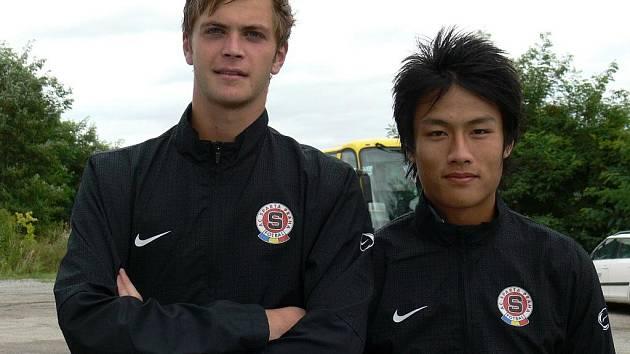 Brankář Andrea Pellegrini (vlevo) a Vietnamec Quan Hong Mac oblékají v lize dorostu dres Sparty.