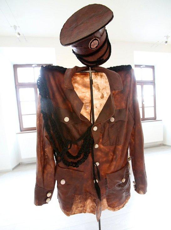 Hitler, Stalin, Mao Ce-tung a Kim Čong-un se jako sochy točí na kolotoči v Galerii Mariánská. Výstavou Odvrácená strana ráje tam provokuje Barbora Bálková. Na snímku jeden z doplňků výstavy, železné kříže s vojenskými uniformami šitými z kůže i kostí.