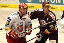 Rudolf Červený (vlevo) po dvou sezonách v zámoří zamířil zpět do Č. Budějovic a pere se o místo v základní sestavě. Na snímku z úterního duelu Tipsport Cupu se Spartou ho atakuje Jakub Langhammer.