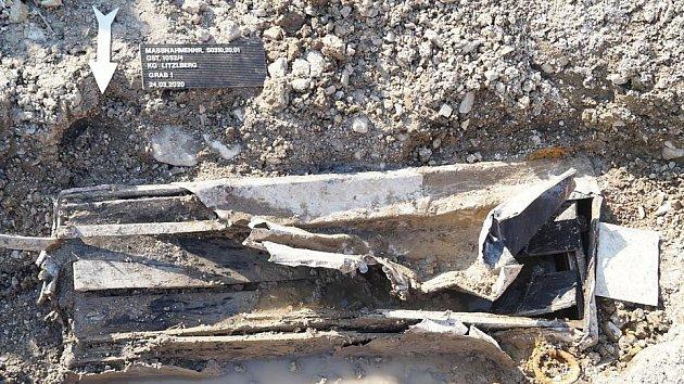 Našli starý hrob.