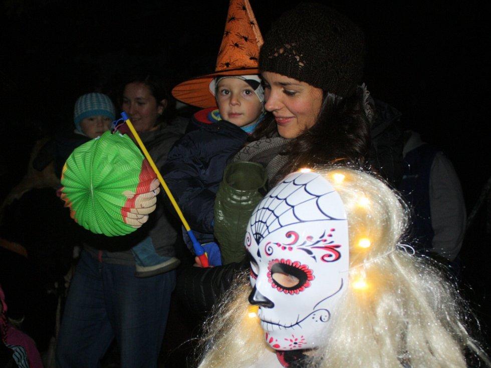 Halloweenský lampionový průvod na Dobré Vodě.