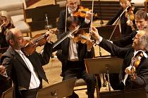 Jihočeská komorní filharmonie využívá dlouhodobě služeb stejné dopravní firmy. Zájezdy JKF se dosud obešly bez nehod. Snímek z koncertu JKF, kde hostoval Václav Hudeček.