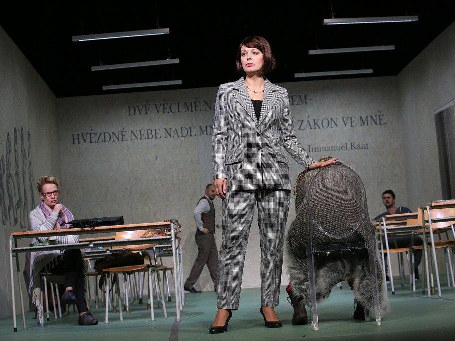 Boj rodičů s třídní učitelkou zachycuje hořká komedie Úča musí pryč!, kterou nově uvádí Jihočeské divadlo. Na snímku Věra Hlaváčková.
