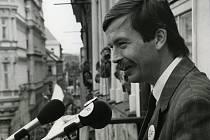 Jiří Vlach na snímku z 29. května 1990, kdy cestoval po jižních Čechách s prezidentem Václavem Havlem.