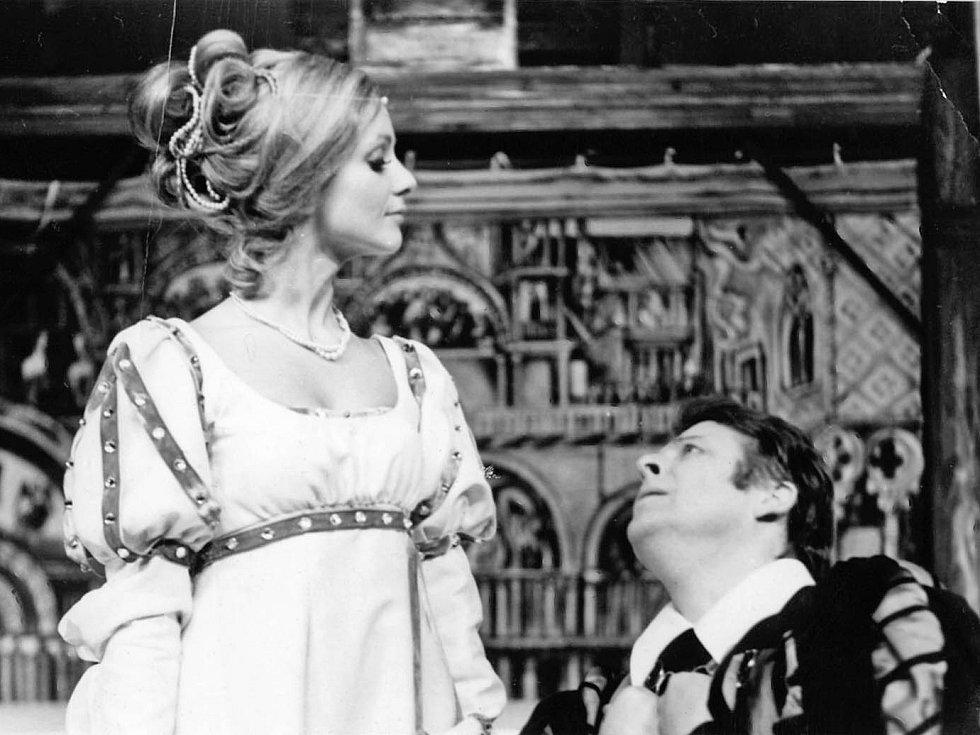 Herečka Bibiana Šimonová jako Porcie v Kupci benátském, 1975.