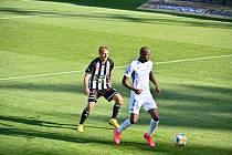 Patrik Čavoš v souboji s libereckým Marou: Dynamo - Liberec v I. lize 0:1.